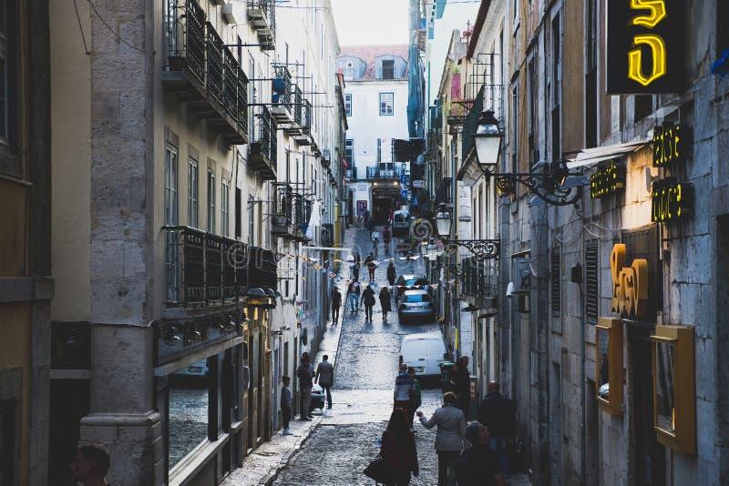 Straatscène in Bairro-Altdistrict in Lissabon royalty-vrije stock foto's