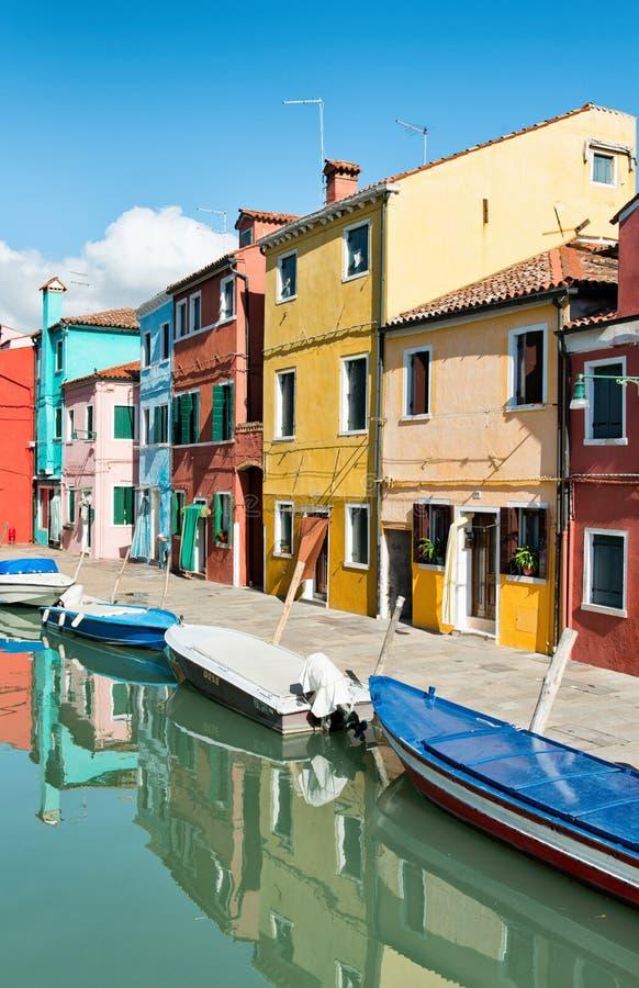Straatscène in Burano dichtbij Venetië, Italië royalty-vrije stock foto's