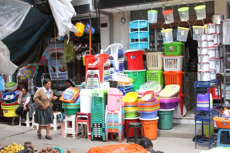 Straatscène in Cajamarca, Peru met Opslag Verkopend Plastiek royalty-vrije stock fotografie
