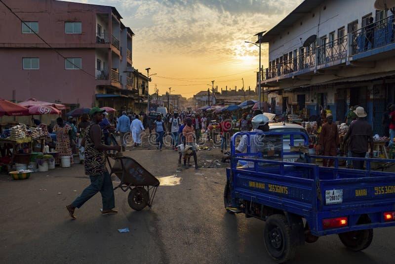 Straatscène in de stad van Bissau met mensen bij de Bandim-Markt, in Guinea-Bissau, West-Afrika royalty-vrije stock afbeeldingen