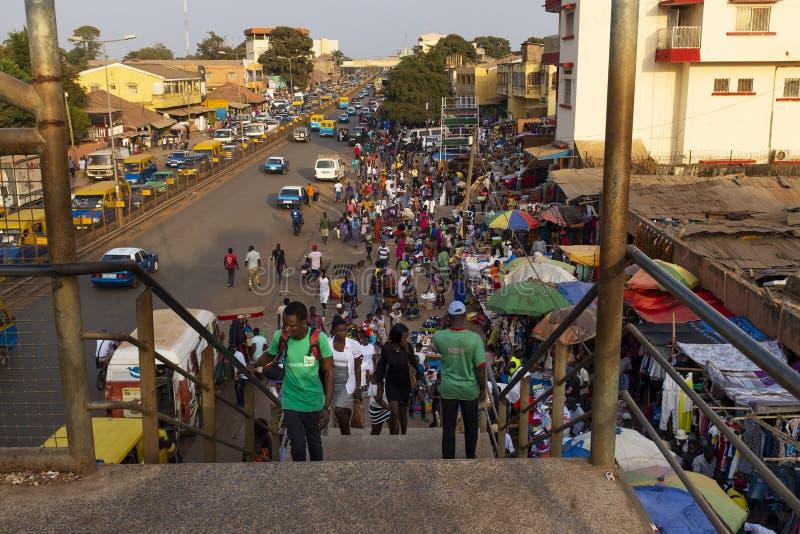 Straatscène in de stad van Bissau met mensen bij de Bandim-Markt, in Guinea-Bissau, West-Afrika royalty-vrije stock foto's