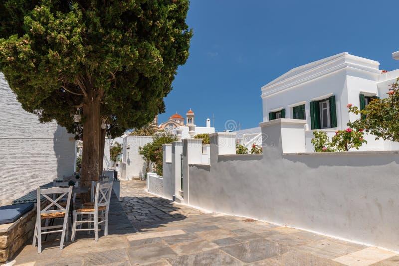 Straatscène en kerktoren, op Egeïsch Eiland Tinos, Griekenland stock afbeeldingen