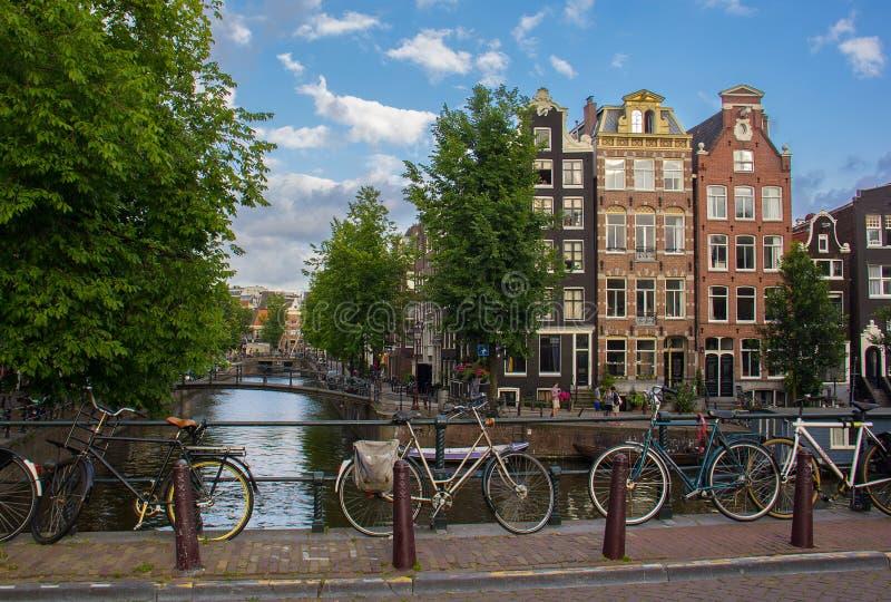 Straatscène met traditionele architectuur, Amsterdam stock afbeeldingen