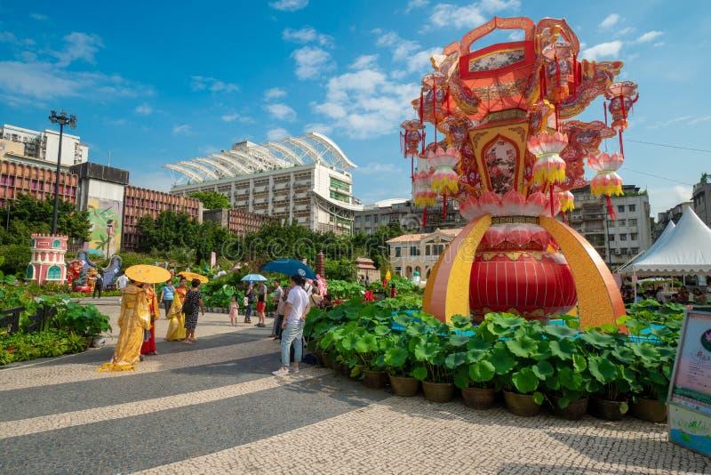 Straatscène op een bezig vierkant in Macao stock fotografie