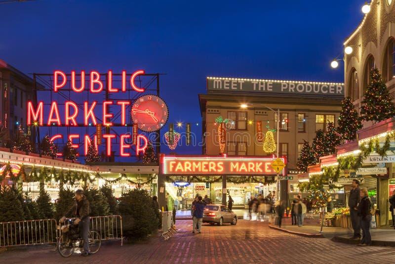 Straatscène van de Markt van de Snoekenplaats bij Kerstmis met toeristen en vakantiedecoratie, Seattle, Washington, Verenigde Sta royalty-vrije stock afbeeldingen