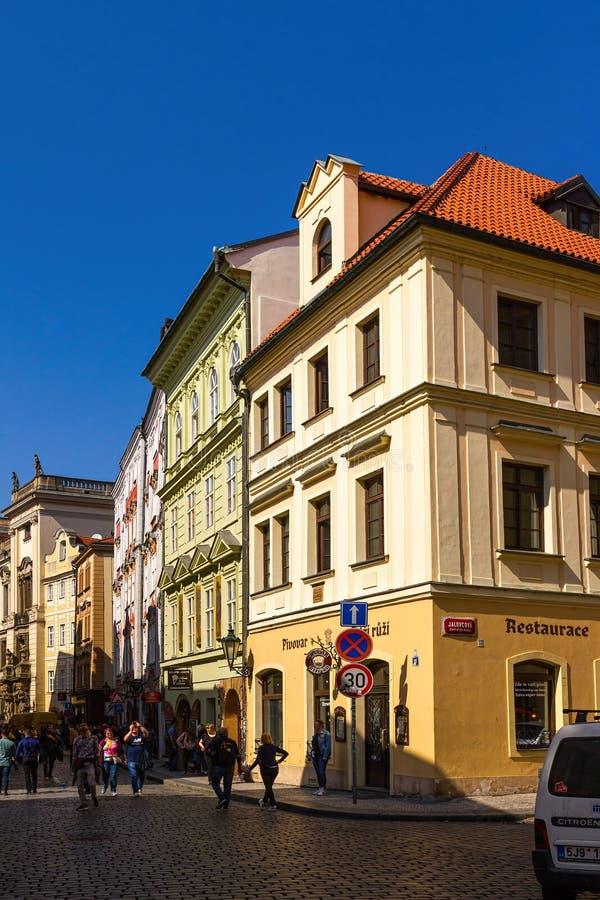 Straatscène van de Oude Stad in Praag met keurig vernieuwde gebouwen stock afbeelding