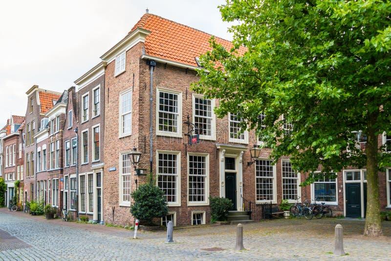 Straatscène van Pieterskerkhof in Leiden, Nederland stock foto's
