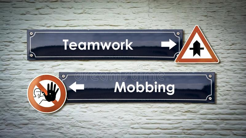 Straatteken aan Groepswerk tegenover Mobbing stock foto