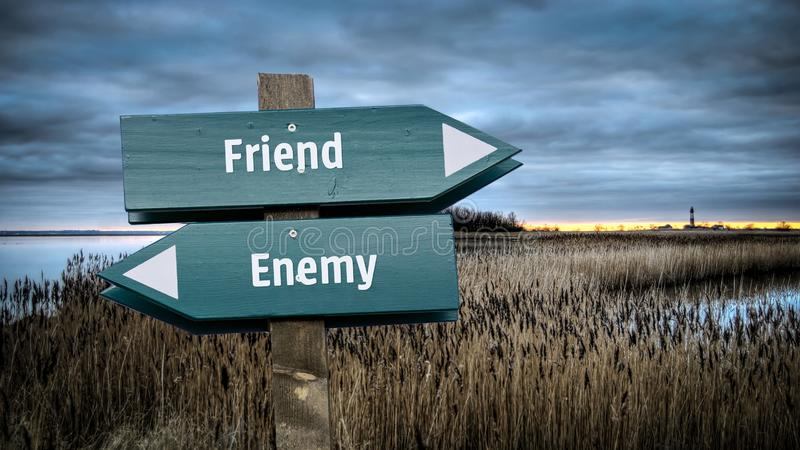 Straatteken aan Vriend tegenover Vijand royalty-vrije stock foto's