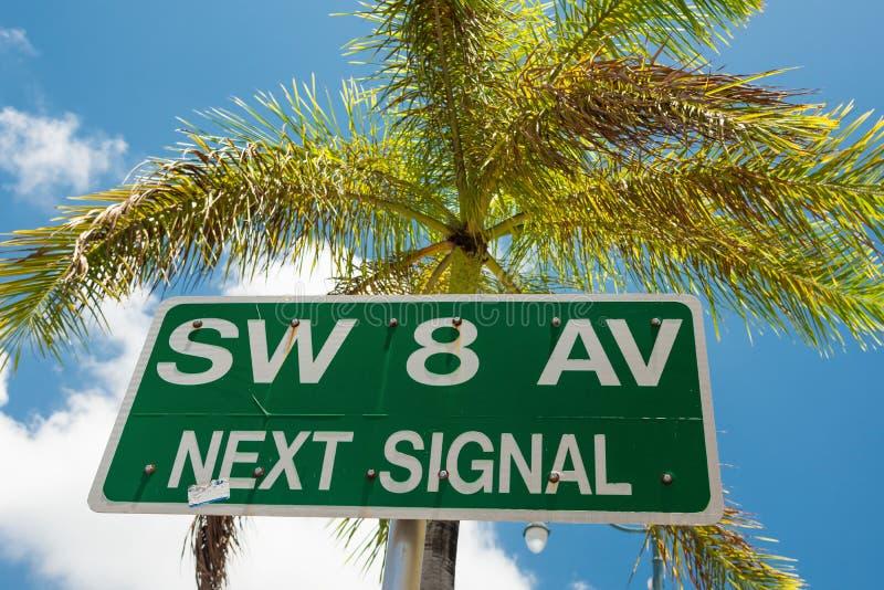 Straatteken dat de 8ste straat in Weinig Havana, Miami merkt stock afbeelding