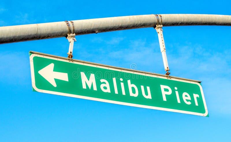 Straatteken die Malibu-Pijler op een zonnige dag zeggen royalty-vrije stock afbeeldingen