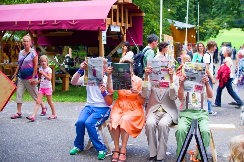Straattheater, die krant lezen royalty-vrije stock afbeeldingen