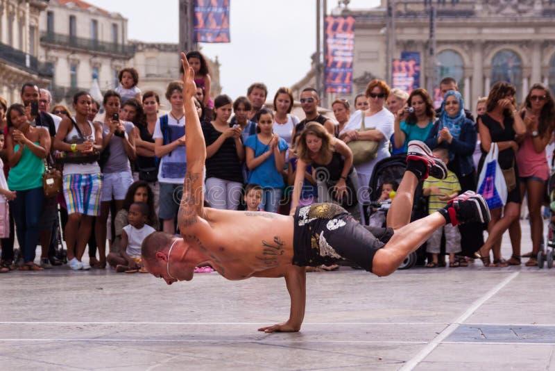 Straatuitvoerder het breakdancing op straat royalty-vrije stock afbeelding