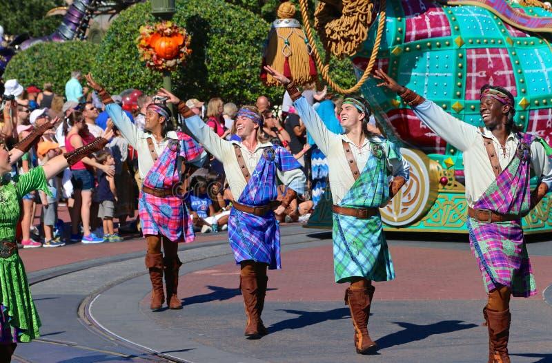Straatuitvoerders in een parade in Disneyworld stock foto