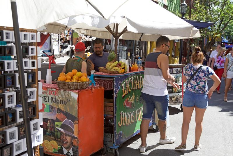 Straatventer in Caminito in La Boca, Buenos aires, Argentinië stock foto's