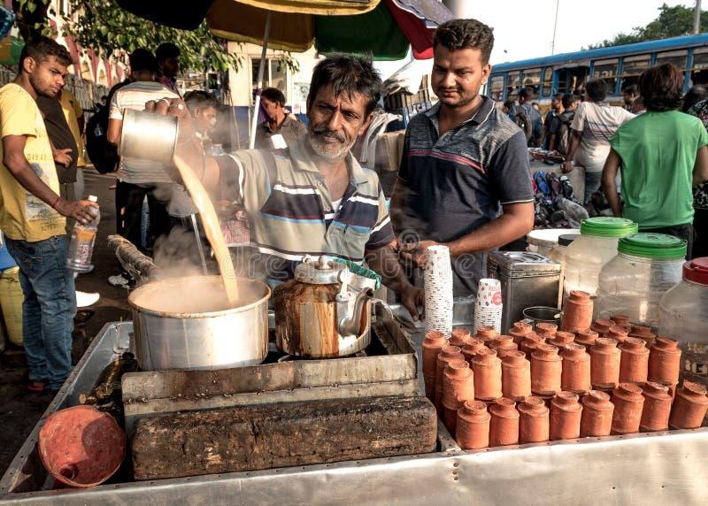 Straatventer die thee maken stock foto