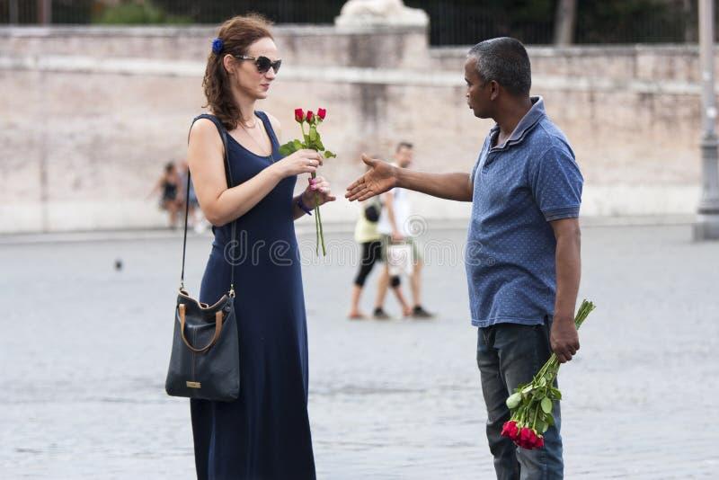 Straatventer van rozen met toerist royalty-vrije stock afbeelding