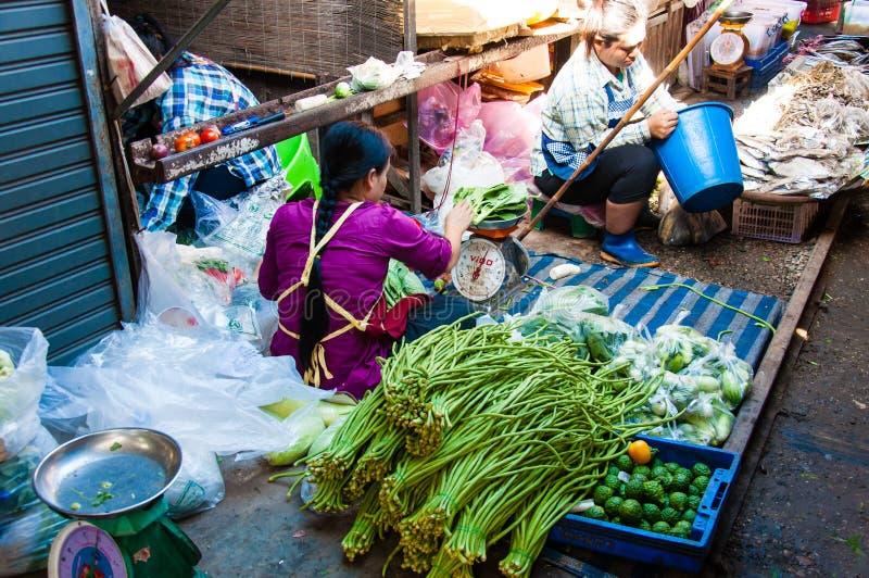 Straatventers op beroemde Maeklong-Spoorwegmarkt Wanneer een trein naderbij komt, het afbaarden en s royalty-vrije stock afbeeldingen