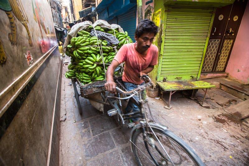 Download Straatverkoper Van Bananen Volgens Legenden, Werd De Stad 5000 Jaar Geleden Opgericht Door God Shiva Over Redactionele Stock Afbeelding - Afbeelding bestaande uit aardappels, markt: 114226384
