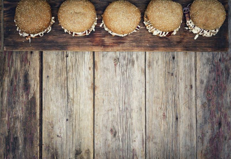 Straatvoedsel bbq, hamburger, rustieke stijl, houten, Hoogste mening als achtergrond, exemplaarruimte, tekstmenu, royalty-vrije stock foto
