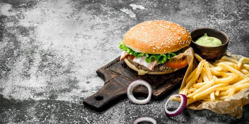 Straatvoedsel Hamburger met Gebraden gerechten en Saus royalty-vrije stock afbeelding