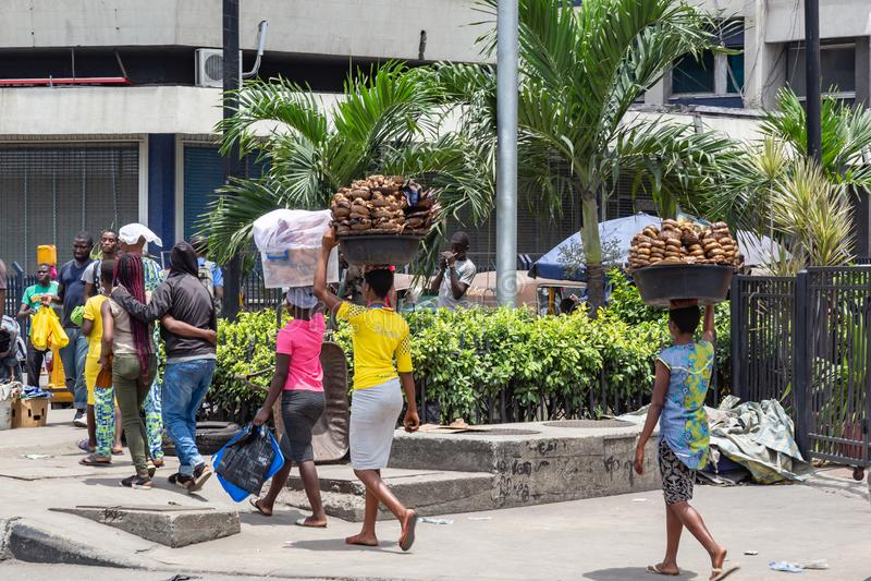 Straatvoedsel in Lagos Nigeria; Ejakika die aan de box worden vervoerd stock foto's