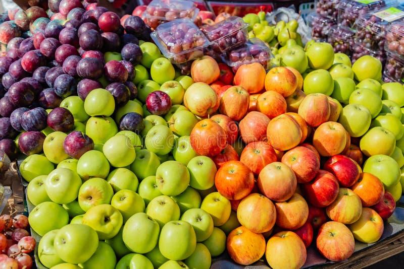 Straatvoedsel in Lagos Nigeria; vruchten op een karretje op de straat stock fotografie