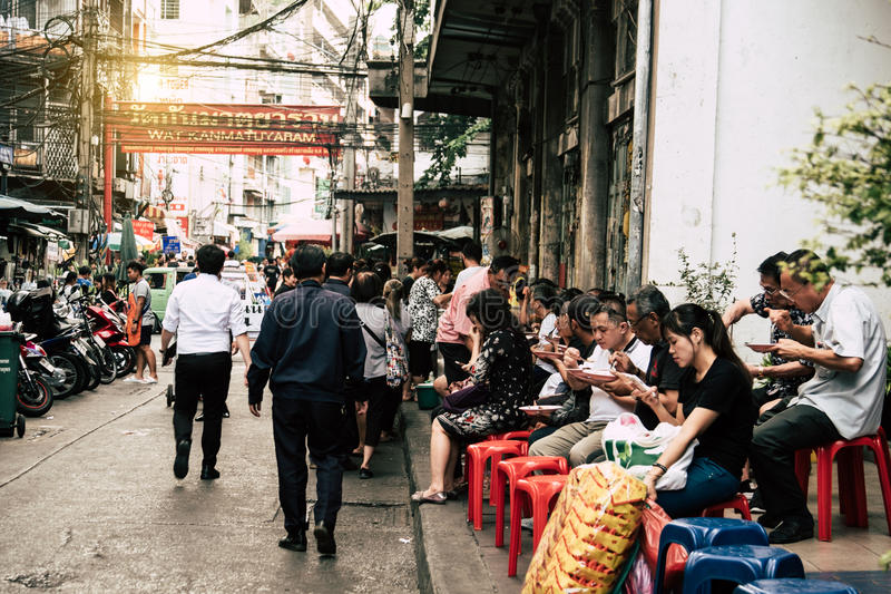 Straatvoedsel in Road van de stadsyaowarat van China, de hoofdstraat in Chinatown royalty-vrije stock afbeeldingen