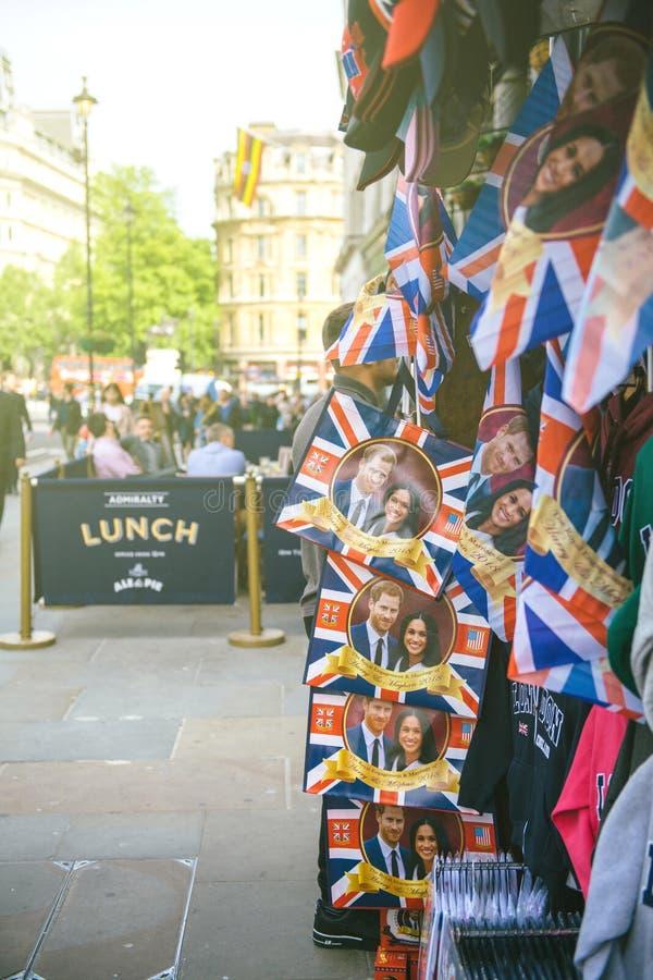 Straatwinkel het verkopen koninklijke het huwelijkscelebrati van herinneringsmemorabilia stock afbeelding