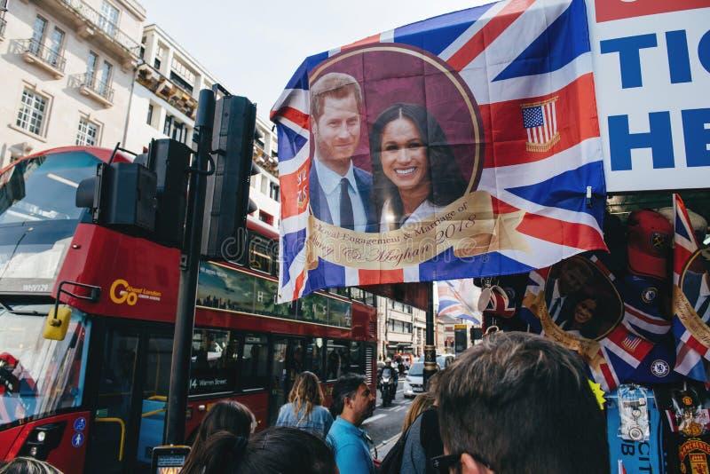 Straatwinkel het verkopen stati van de het huwelijksbus van herinneringsmemorabilia koninklijke stock afbeeldingen