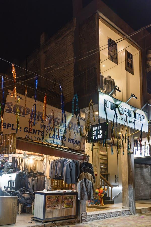 Straatwinkels van kleermakers open bij nacht royalty-vrije stock afbeeldingen