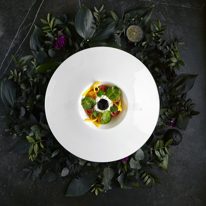 Stracciatella с замаринованный в томатах оливкового масла, мармеладе базилика и сливк стоковая фотография rf