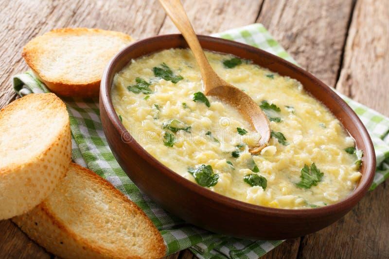 Stracciatella da sopa do creme de ovo do ` s das crianças com farfalline e chee foto de stock royalty free