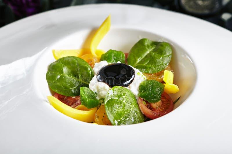 Stracciatella med gravat i Olive Oil Tomatoes, Basil Marmalade och kräm royaltyfri fotografi