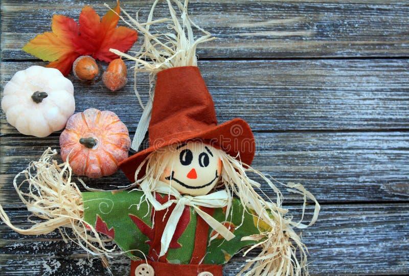 Strach na wróble, banie i pomarańczowi spadków liście biali obraz stock