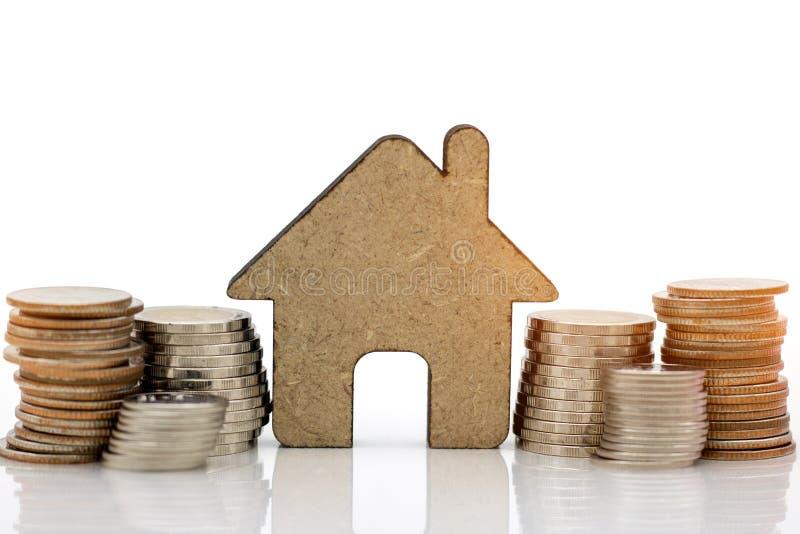 Strack delle monete con le case su fondo bianco fotografie stock libere da diritti