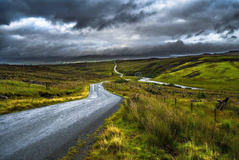 Strada abbandonata della singola pista attraverso le colline sceniche sull'isola di Skye In Scotland fotografia stock libera da diritti