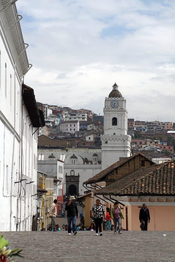 Strada accanto a San Francisco Church, Quito Città Vecchia fotografia stock libera da diritti
