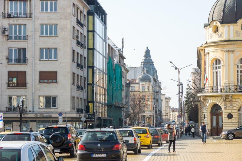Strada affollata nel centro della capitale bulgara fotografie stock libere da diritti