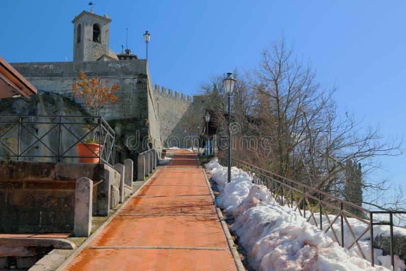 Strada al castello medievale Il San Marino fotografie stock libere da diritti