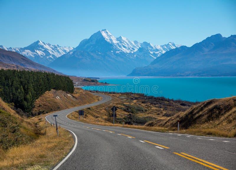 Strada al cuoco del supporto di Aoraki ed al lago Pukaki, Nuova Zelanda fotografia stock libera da diritti