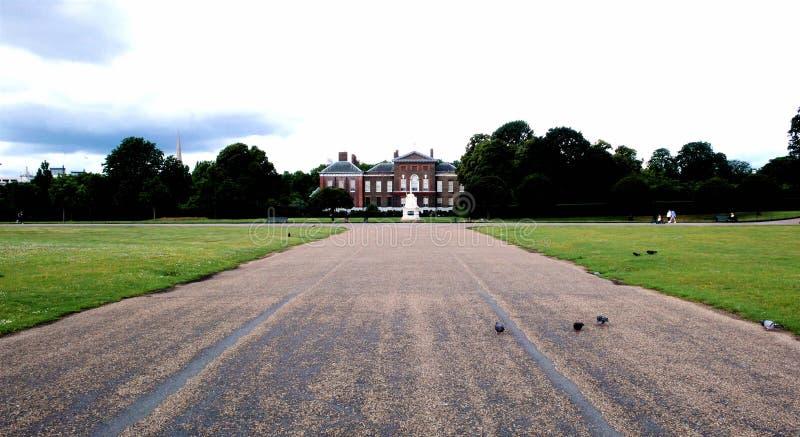 Strada al palazzo di Kensington fotografie stock libere da diritti