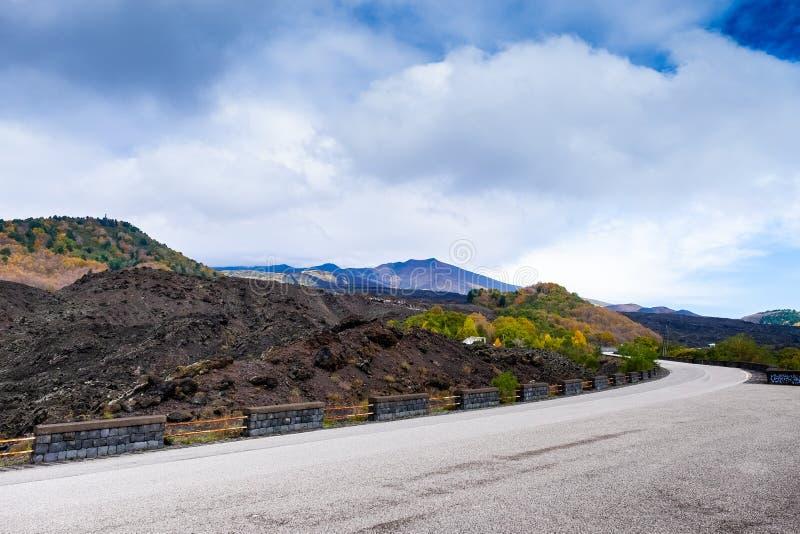 Strada al parco nazionale del vulcano di Etna, paesaggio della montagna della Sicilia immagine stock libera da diritti
