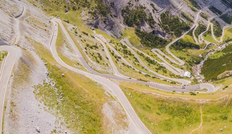 Strada al passo di montagna di Stelvio in Italia La vista aerea stupefacente della montagna piega creare le belle forme immagini stock