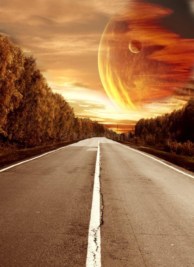 Strada al tramonto surreale illustrazione di stock