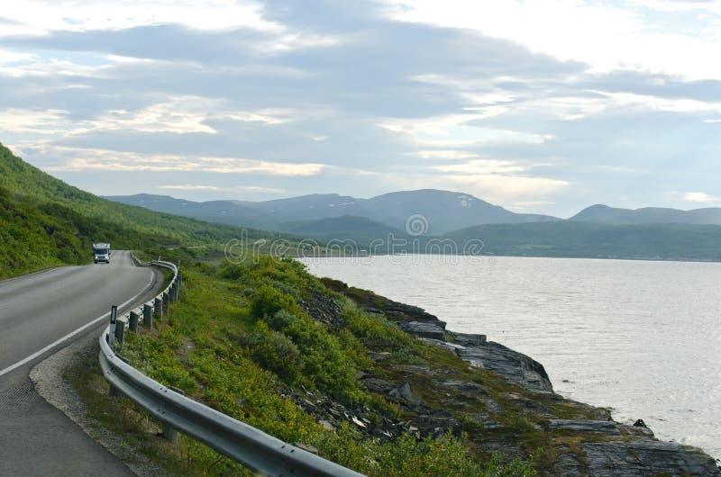 Strada alla montagna, isole di Lofoten, Norvegia fotografie stock libere da diritti
