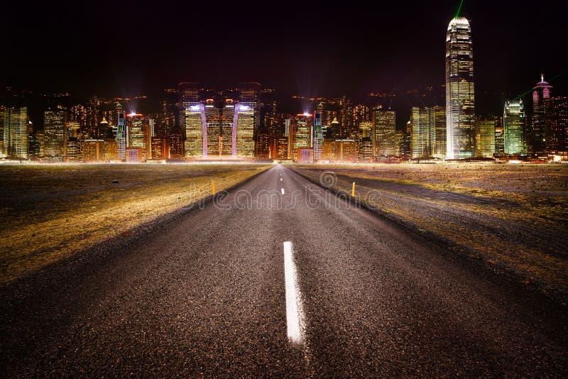 Strada alle luci della città immagini stock