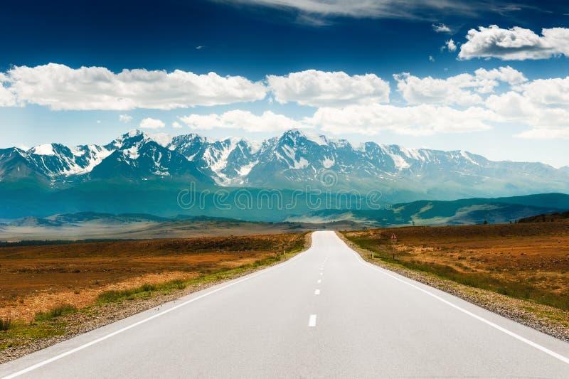 Strada alle montagne Tratto di Chuysky in Altai, Siberia, Russia immagini stock