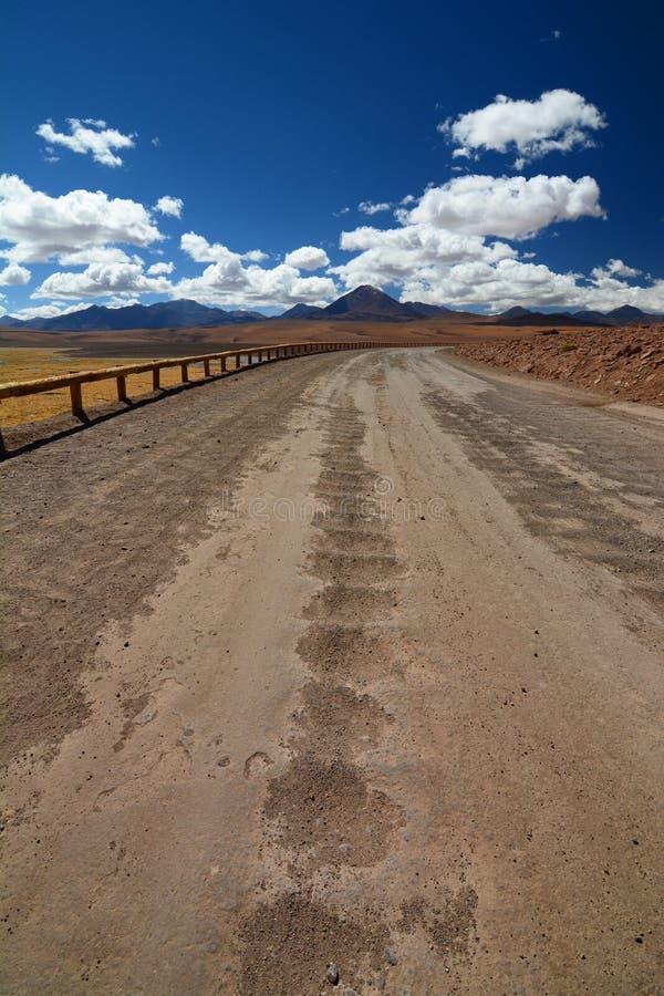 Strada andina vicino al fiume di Putana San Pedro de Atacama Regione di Antofagasta chile fotografie stock