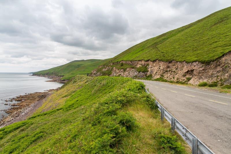 Strada asfaltata al modo atlantico selvaggio in Irlanda fotografie stock libere da diritti